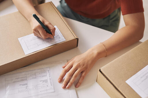 woman-signing-the-parcel-TJDA49E